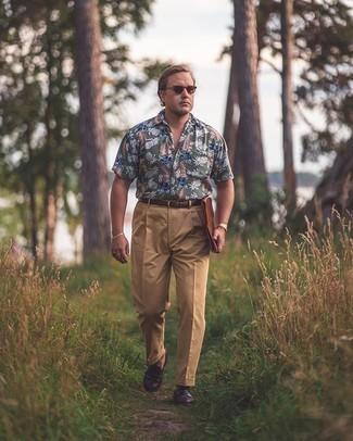 Moda para hombres de 40 años: Haz de una camisa de manga corta estampada verde oliva y un pantalón de vestir marrón claro tu atuendo para después del trabajo.
