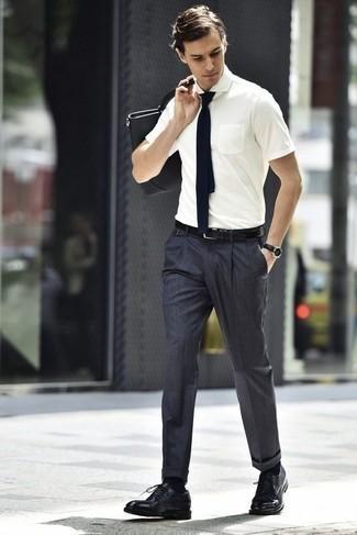 Cómo combinar unos zapatos de vestir: Empareja una camisa de manga corta blanca con un pantalón de vestir en gris oscuro para una apariencia clásica y elegante. Zapatos de vestir proporcionarán una estética clásica al conjunto.
