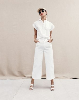 Cómo combinar: camisa de manga corta blanca, pantalones anchos vaqueros blancos, chinelas de cuero blancas, gorra inglesa en beige