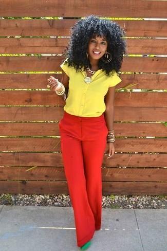 Cómo combinar: camisa de manga corta amarilla, pantalones anchos rojos, zapatos de tacón de ante verdes, pulsera dorada