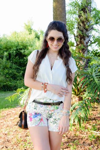 Cómo combinar: camisa de manga corta blanca, pantalones cortos con print de flores blancos, bolso bandolera de lona negro, correa de cuero negra