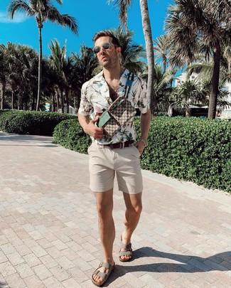 Cómo combinar: camisa de manga corta con print de flores blanca, pantalones cortos en beige, sandalias de cuero grises, riñonera de lona estampada marrón