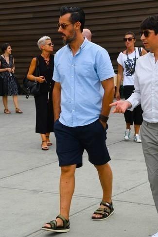 Cómo combinar unas sandalias: Empareja una camisa de manga corta celeste con unos pantalones cortos azul marino para lidiar sin esfuerzo con lo que sea que te traiga el día. Mezcle diferentes estilos con sandalias.