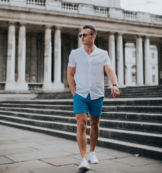 Cómo combinar una camisa de manga corta estampada en blanco y azul: Ponte una camisa de manga corta estampada en blanco y azul y unos pantalones cortos azules para cualquier sorpresa que haya en el día. Tenis blancos son una opción perfecta para complementar tu atuendo.