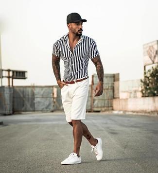 Cómo combinar una camisa de manga corta de rayas verticales blanca: Ponte una camisa de manga corta de rayas verticales blanca y unos pantalones cortos blancos para una apariencia fácil de vestir para todos los días. Tenis de cuero blancos son una opción incomparable para complementar tu atuendo.