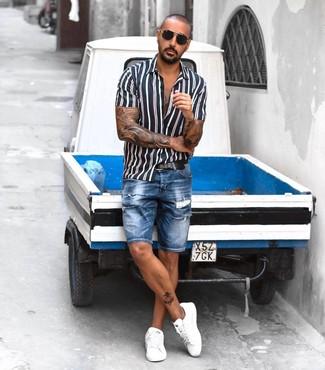 Cómo combinar: camisa de manga corta de rayas verticales en azul marino y blanco, pantalones cortos vaqueros desgastados azules, tenis de cuero blancos, correa de cuero negra