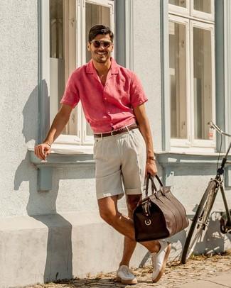Cómo combinar: camisa de manga corta de lino rosa, pantalones cortos de lino en beige, tenis de cuero blancos, bolsa de viaje de cuero en marrón oscuro