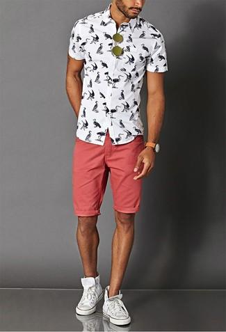 Cómo combinar: camisa de manga corta estampada en blanco y negro, pantalones cortos vaqueros rojos, zapatillas altas de lona blancas, gafas de sol verde oliva