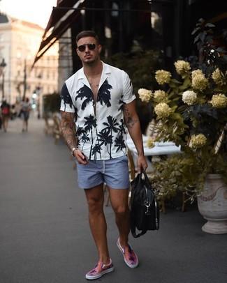 Cómo combinar un bolso mensajero de cuero negro: Utiliza una camisa de manga corta con print de flores en blanco y negro y un bolso mensajero de cuero negro para un look agradable de fin de semana. Con el calzado, sé más clásico y elige un par de zapatillas slip-on rosadas.