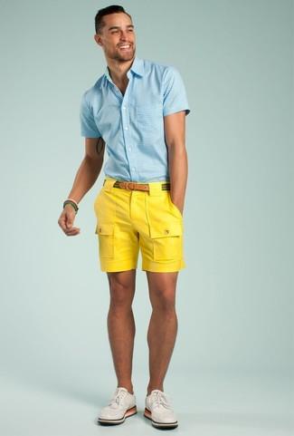 Cómo combinar: camisa de manga corta de cuadro vichy celeste, pantalones cortos amarillos, zapatos brogue de cuero blancos, correa de lona de rayas horizontales verde