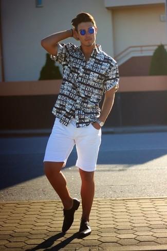 Cómo combinar: camisa de manga corta estampada en negro y blanco, pantalones cortos blancos, zapatos derby de cuero negros, gafas de sol azules