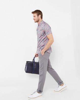 Cómo combinar: camisa de manga corta con print de flores rosada, pantalón chino gris, tenis de cuero blancos, bolsa de viaje de cuero azul marino