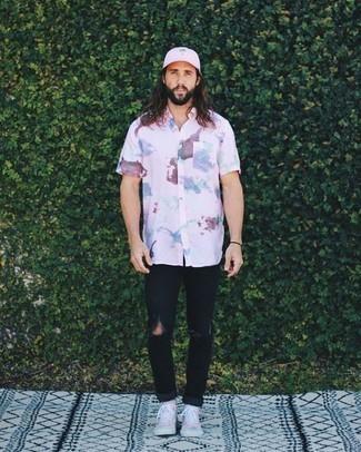 Cómo combinar una gorra de béisbol rosada: Una camisa de manga corta efecto teñido anudado rosada y una gorra de béisbol rosada son una opción buena para el fin de semana. Con el calzado, sé más clásico y opta por un par de zapatillas altas de lona rosadas.