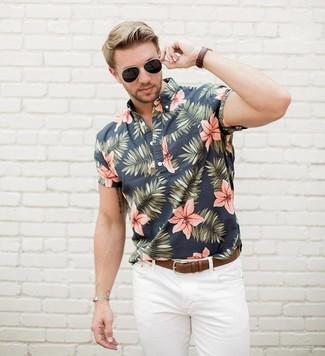 Cómo combinar: camisa de manga corta con print de flores negra, vaqueros blancos, correa de cuero marrón, gafas de sol negras