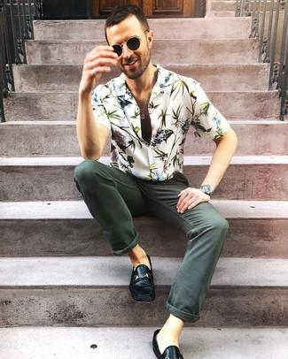 Cómo combinar: camisa de manga corta con print de flores blanca, vaqueros verde oscuro, mocasín de cuero negro, gafas de sol negras