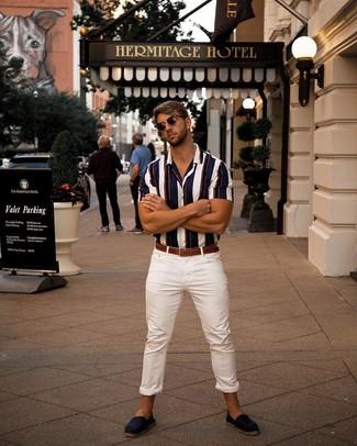 Cómo combinar: camisa de manga corta de rayas verticales en blanco y rojo y azul marino, vaqueros pitillo blancos, alpargatas de ante azul marino, correa de cuero marrón