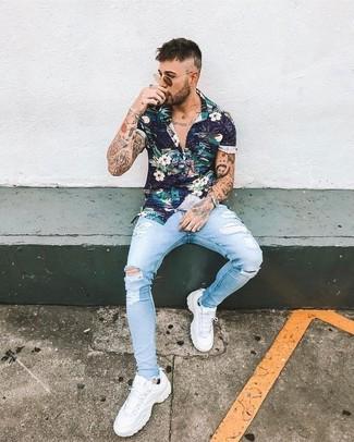 Cómo combinar: camisa de manga corta con print de flores azul marino, vaqueros pitillo desgastados celestes, deportivas blancas, gafas de sol marrónes