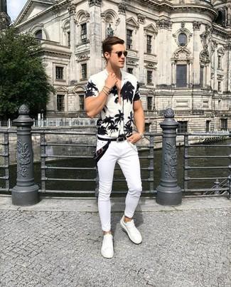 Cómo combinar: camisa de manga corta con print de flores en blanco y negro, vaqueros pitillo blancos, tenis de cuero blancos, bandana negra