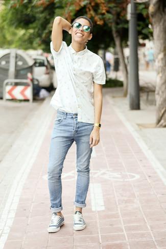 Cómo combinar: camisa de manga corta estampada en blanco y azul, vaqueros pitillo celestes, tenis azules, gafas de sol verdes