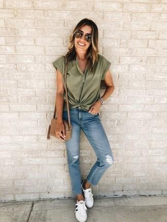 Cómo combinar: camisa de manga corta verde oliva, vaqueros desgastados azules, tenis de cuero blancos, bolso bandolera de cuero marrón claro