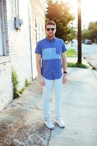 Cómo combinar una camisa de manga corta azul: Opta por una camisa de manga corta azul y unos vaqueros blancos para una apariencia fácil de vestir para todos los días. Tenis de lona blancos son una opción inmejorable para complementar tu atuendo.