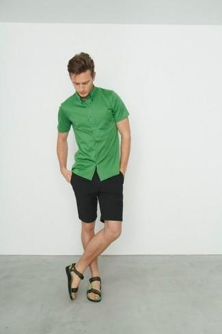 Cómo combinar: camisa de manga corta verde, pantalones cortos negros, sandalias de cuero verde oscuro