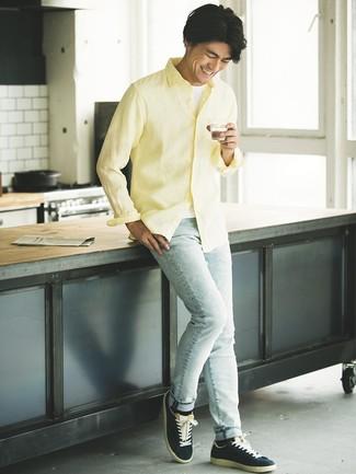 Cómo combinar: camisa de manga larga de lino amarilla, camiseta sin mangas blanca, vaqueros pitillo celestes, tenis de ante azul marino