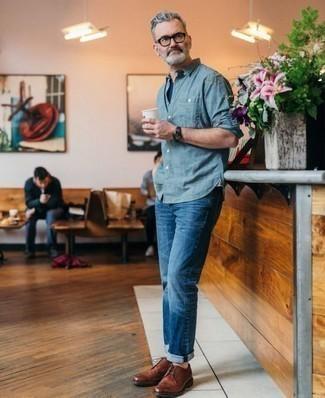 Cómo combinar unos zapatos de vestir: Para crear una apariencia para un almuerzo con amigos en el fin de semana elige una camisa de manga larga de cambray azul y unos vaqueros azules. Con el calzado, sé más clásico y opta por un par de zapatos de vestir.