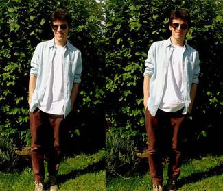 Cómo combinar una camisa de manga larga azul: Empareja una camisa de manga larga azul junto a un pantalón chino en marrón oscuro para lidiar sin esfuerzo con lo que sea que te traiga el día. Tenis marrón claro añaden un toque de personalidad al look.