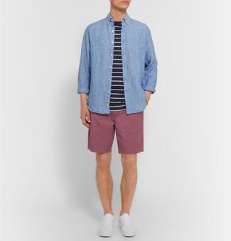 Cómo combinar: camisa de manga larga de cambray azul, camiseta con cuello circular de rayas horizontales en negro y blanco, pantalones cortos morado, tenis blancos