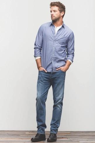 Cómo combinar: camisa de manga larga azul, camiseta henley de manga larga blanca, vaqueros azules, botas safari de cuero negras