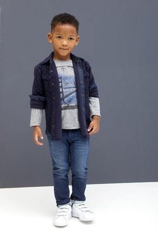 Cómo combinar: camisa de manga larga vaquera azul marino, camiseta de manga larga estampada gris, vaqueros azules, zapatillas blancas
