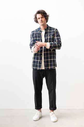 Cómo combinar: camisa de manga larga de franela a cuadros azul marino, camiseta henley de manga larga blanca, pantalón chino negro, tenis de cuero blancos
