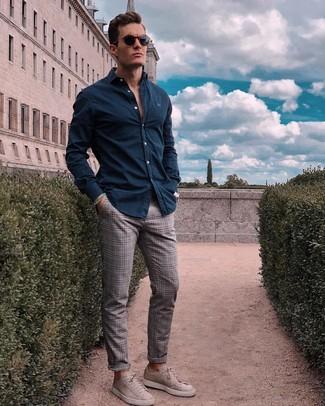 Cómo combinar: camisa de manga larga azul marino, pantalón chino de tartán gris, tenis de ante grises, gafas de sol azul marino