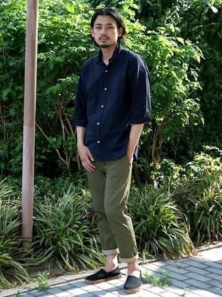 Cómo combinar unas alpargatas: Ponte una camisa de manga larga azul marino y un pantalón chino verde oliva para lidiar sin esfuerzo con lo que sea que te traiga el día. Alpargatas son una opción buena para completar este atuendo.