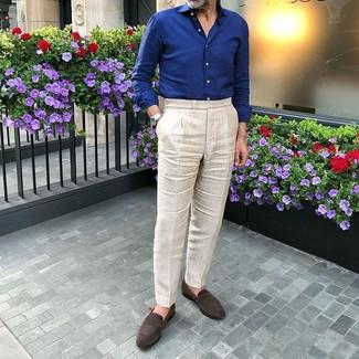 Cómo combinar: camisa de manga larga azul marino, pantalón de vestir en beige, mocasín de ante en marrón oscuro, reloj plateado