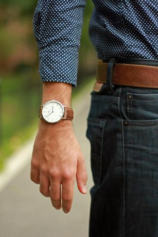 Cómo combinar una camisa de manga larga azul: Equípate una camisa de manga larga azul con unos vaqueros azul marino para conseguir una apariencia relajada pero elegante.