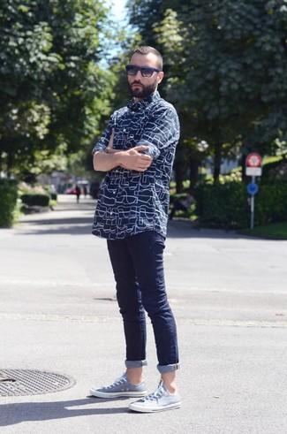 Cómo combinar: camisa de manga larga estampada azul marino, vaqueros pitillo azul marino, tenis celestes, gafas de sol en negro y azul