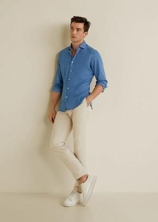 Cómo combinar un pantalón chino en beige: Elige una camisa de manga larga azul y un pantalón chino en beige para un almuerzo en domingo con amigos. Tenis de lona blancos añadirán interés a un estilo clásico.