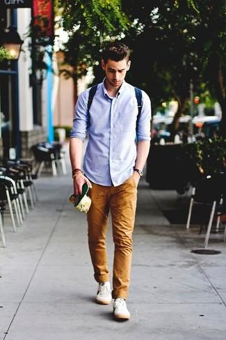 Cómo combinar una camisa de manga larga azul: Haz de una camisa de manga larga azul y un pantalón chino en tabaco tu atuendo para una apariencia fácil de vestir para todos los días. Si no quieres vestir totalmente formal, elige un par de tenis blancos.