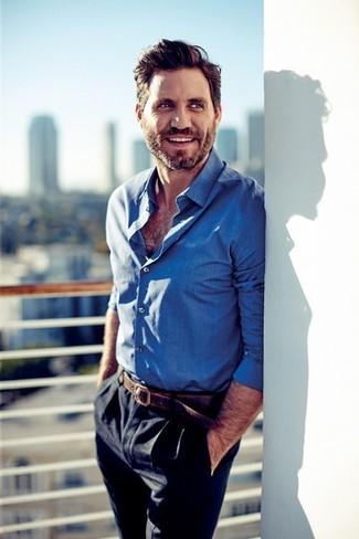 Cómo combinar una camisa de manga larga azul para hombres de 40 años: Casa una camisa de manga larga azul junto a un pantalón de vestir azul marino para una apariencia clásica y elegante.