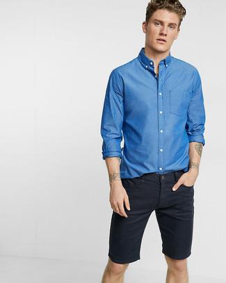 Cómo combinar una camisa de manga larga azul estilo casuale: Para crear una apariencia para un almuerzo con amigos en el fin de semana casa una camisa de manga larga azul con unos pantalones cortos vaqueros negros.