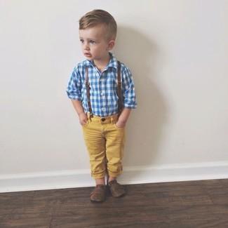 Cómo combinar: camisa de manga larga azul, vaqueros amarillos, mocasín en marrón oscuro