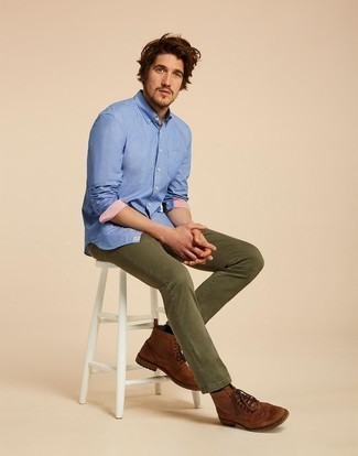 Cómo combinar unos zapatos brogue de cuero marrónes: Opta por una camisa de manga larga azul y unos vaqueros verde oliva para cualquier sorpresa que haya en el día. ¿Te sientes valiente? Haz zapatos brogue de cuero marrónes tu calzado.