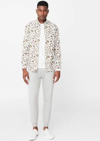 Cómo combinar: camisa de manga larga con print de flores blanca, camiseta con cuello circular blanca, pantalón de chándal gris, tenis blancos