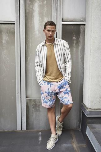 Cómo combinar: camisa de manga larga de rayas verticales blanca, camiseta con cuello circular marrón claro, shorts de baño con print de flores rosados, tenis en beige