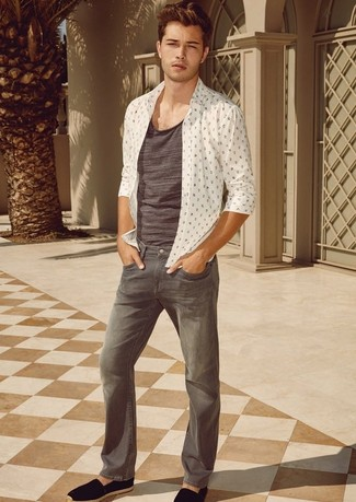 Cómo combinar: camisa de manga larga estampada blanca, camiseta sin mangas gris, vaqueros grises, alpargatas de ante negras