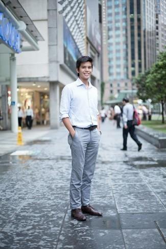 Cómo combinar una correa: Empareja una camisa de manga larga blanca con una correa para un look agradable de fin de semana. Zapatos derby de cuero en marrón oscuro levantan al instante cualquier look simple.