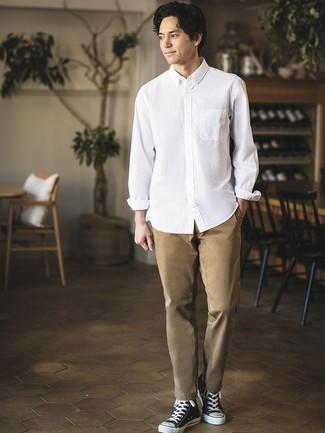 Cómo combinar: camisa de manga larga blanca, pantalón chino marrón claro, zapatillas altas de lona en negro y blanco