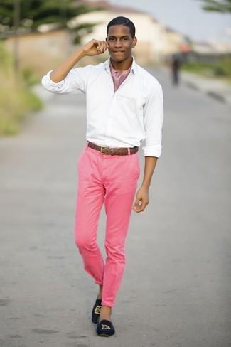 Cómo combinar: camisa de manga larga blanca, pantalón chino rosa, mocasín de terciopelo azul marino, correa de cuero tejida marrón